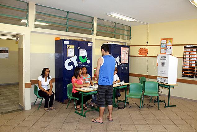 Eleitor deve se identificar com Titulo de Eleitor e documento de identidade com foto