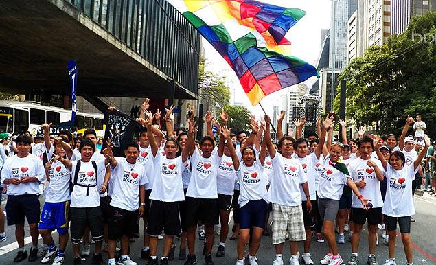 Uniformizados, imigrantes bolivianos se reúnem para correr na Maratona de São Silvestre