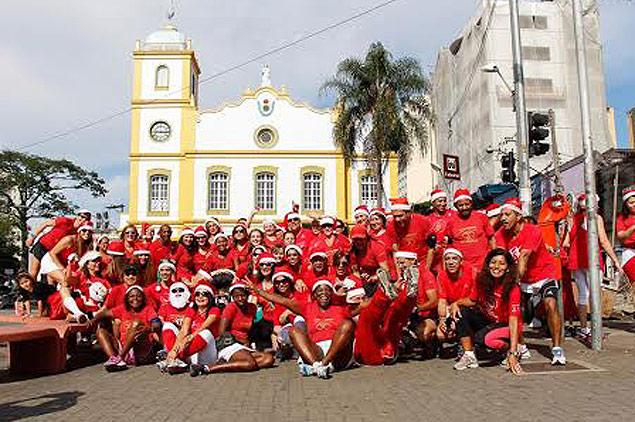 -Participantes da última caminhada, em dezembro do ano passado, posam para foto no centro de Guarulhos, na Grande São Paulo