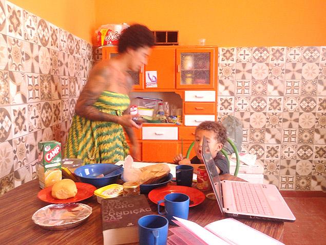 Manoela Pontes arruma a Casa das Crioulas e dá atenção ao filho Manoel