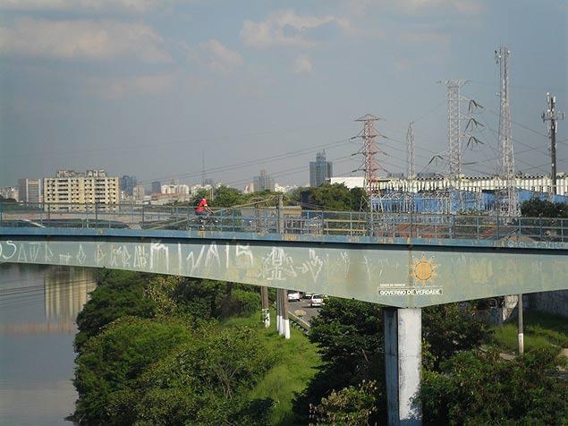 Ponte traz marca da prefeitura no início da década de 1990