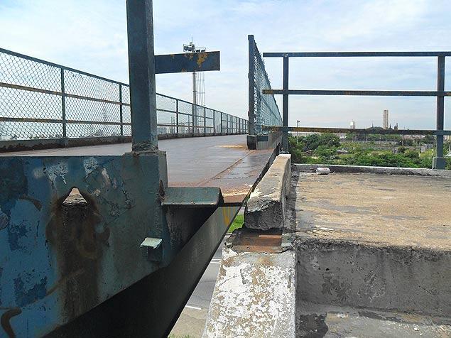 Escada que dá acesso a passarela está inclinada, deixando vão entre degrau e a passagem