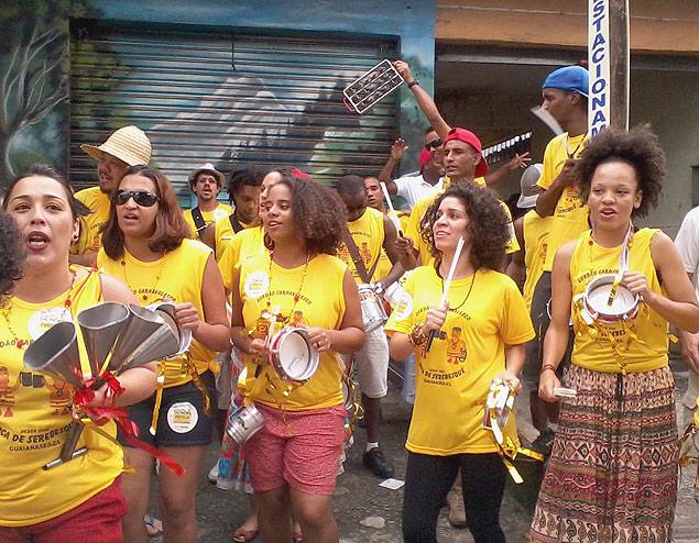 Com instrumentos próprios, o bloco percorre ruas da região e entra no Mercado Municipal do bairro