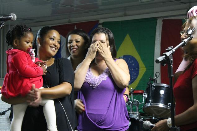 Maria Aparecida, mãe do estudante de medicina, se emociona durante a festa.