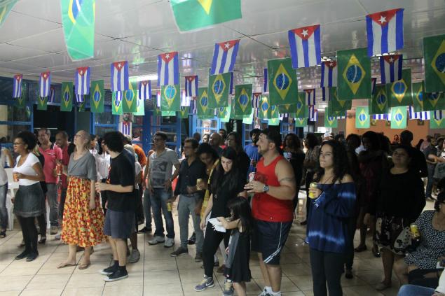 Festa com temática cubana arrecada fundos para estudante de medicina.