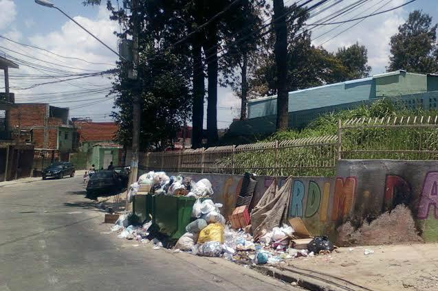 Ponto viciado de lixo na rua Gregório Pomar em frente ao CEI (Centro de Educação Infantil) do Jardim Damasceno