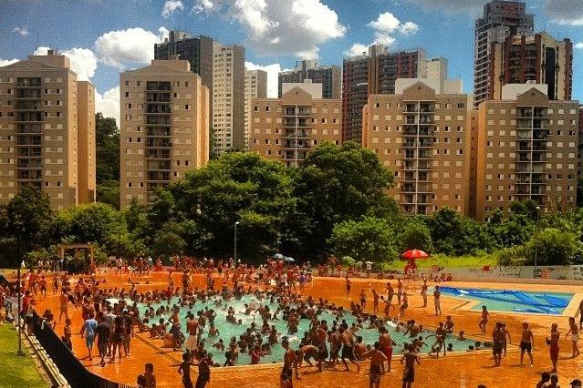 Em Paraisópolis, piscinas do CEU são lotadas nos fins de semana