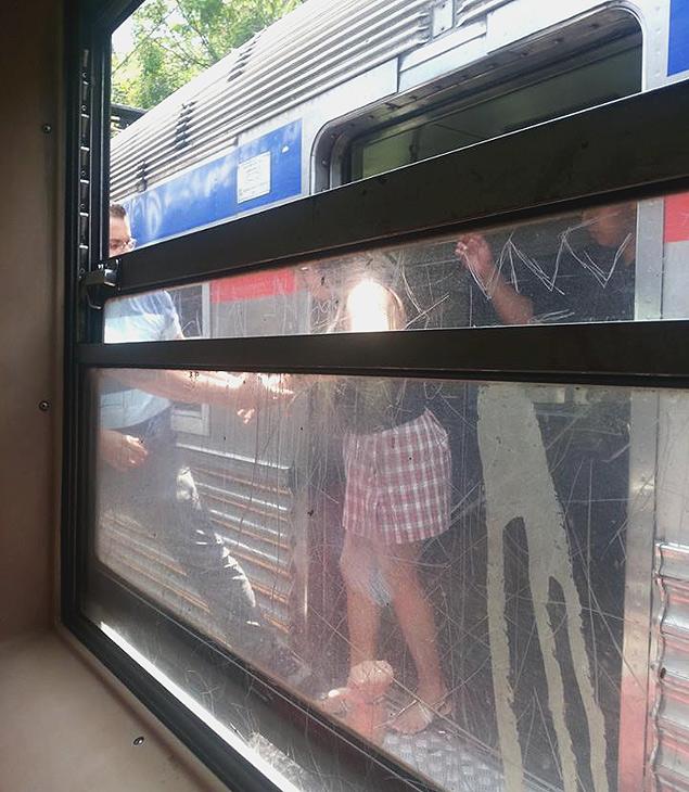 Passageiros tiveram que pular de um trem para outro em linha da CPTM (Foto: Larissa Rodrigues)