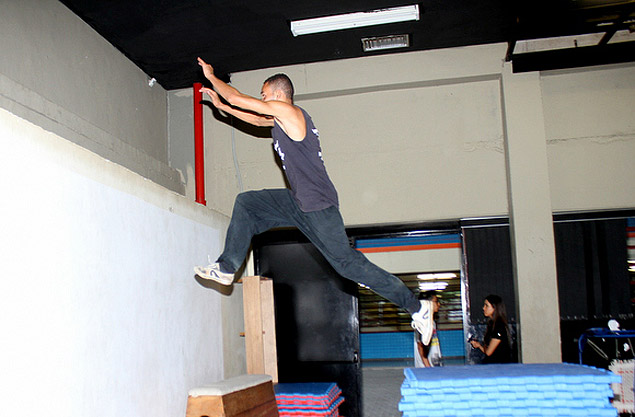 As aulas de parkour surgiram depois que um grupo avaliou ser bom o espaço do CEU para a prática da modalidade