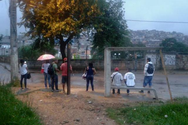 Instalação de ponto de ônibus na rua Roberto Lanari já dura mais de um mês