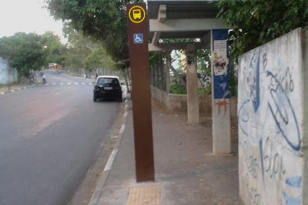 Rua Ari da Rocha Miranda tem quatro pontos de ônibus incompletos