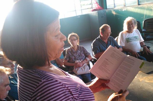 Grupo de poesia em reunião no Itaim Paulista