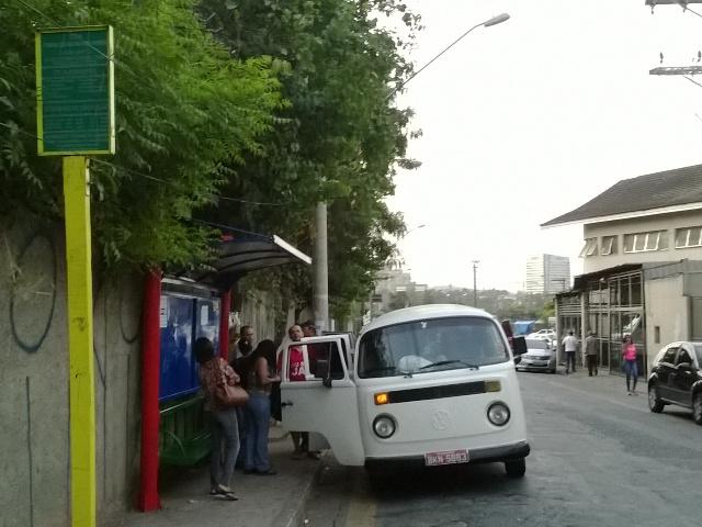 Kombi oferece transporte em ponto de ônibus de Carapicuíba durante paralisação