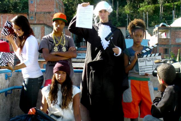 """Jovens em cena da peça """"Consumidos"""" (Créditos: Divulgação)"""