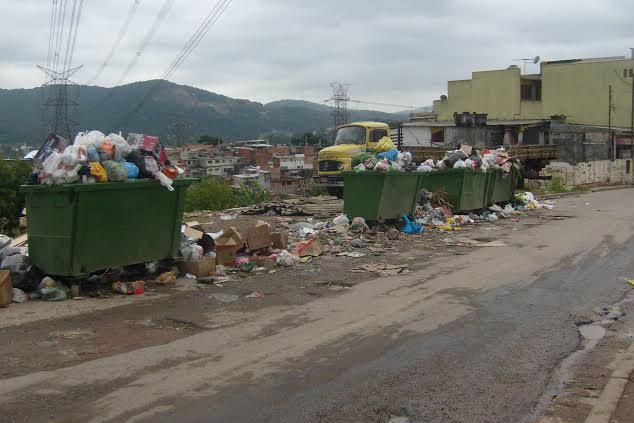 Ponto viciado de lixo atrai cachorros e pombos