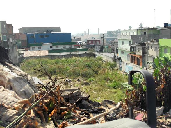 Creche foi demolida em 2012 e entulho do terreno incomoda a população