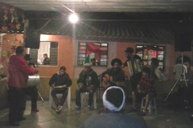 Grupo do Samba do Bowl em apresentação no Sarau do Damasceno