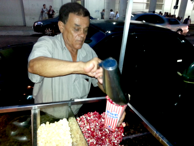 Vendedor de pipoca planeja retornar para sua cidade natal na Bahia