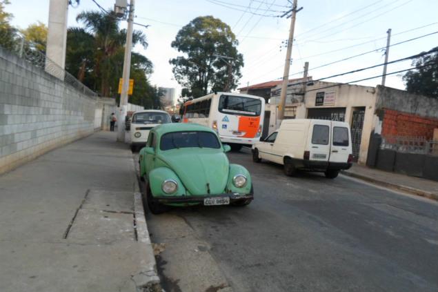 Carros estacionados de forma irregular prejudicam circulação de veículos