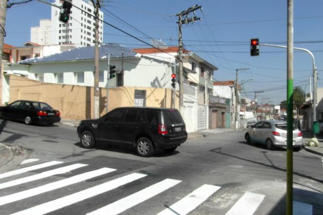 A esquina ganhou novos semáforos e faixas para pedestres (Foto: Sidney Pereira)