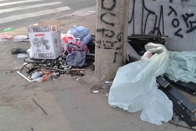 Lixo em calçada prejudica acessibilidade de moradores