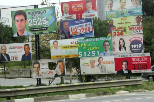 Excesso de placas em Santo André. Foto enviada pelo morador Duarte Gomes