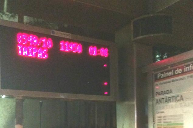 Placar do sistema Olho Vivo da SPTrans informa sobre circulação da linha em ponto na região da zona oeste (Foto: Cléber Arruda)
