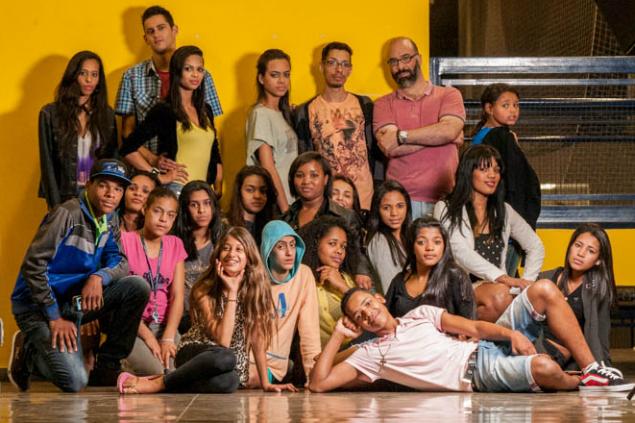 Alex Santos com sua turma de alunos do workshop de passarela