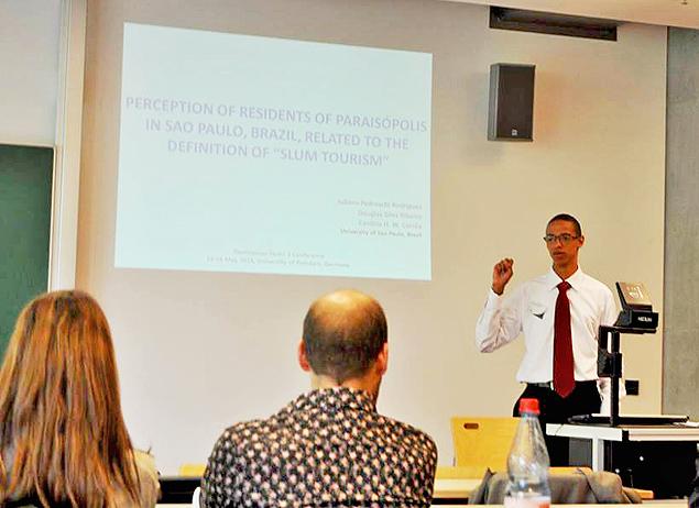 Douglas Ribeiro durante apresentação de artigo sobre turismo nas favelas, em abril, na Universidade de Postdam, na Alemanha