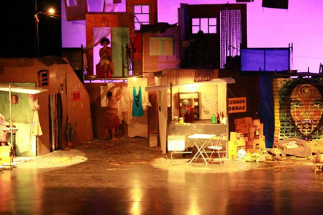 Cena da peça 'Favela', apresentada na abertura do evento. (Foto: Capulanas Cia de Arte Negra)