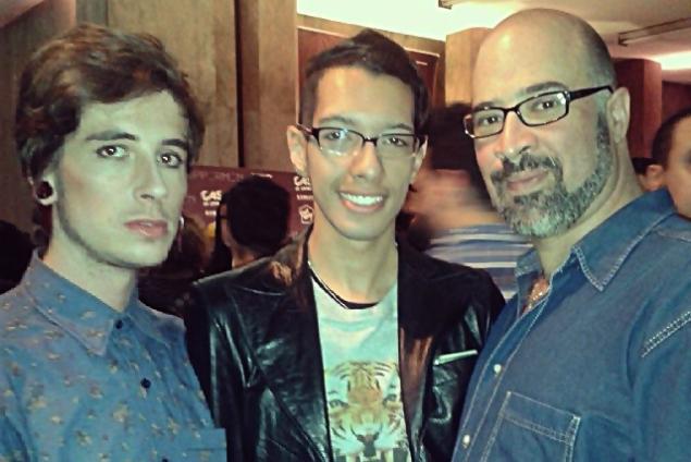 Nilson Mariano Filho, Alex Santos (centro) e Matheus Carvalho Batista, co-criadores do projeto Inventando Moda em Paraisópolis
