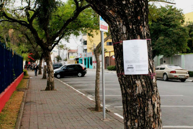 Poemas são exposto em árvores em Poá, na Grande São Paulo