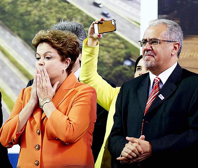 Dilma Rousseff e o prefeito de Guarulhos, Sebastião Almeida, durante encontro em 2013 (Jorge Araujo/Folhapress)