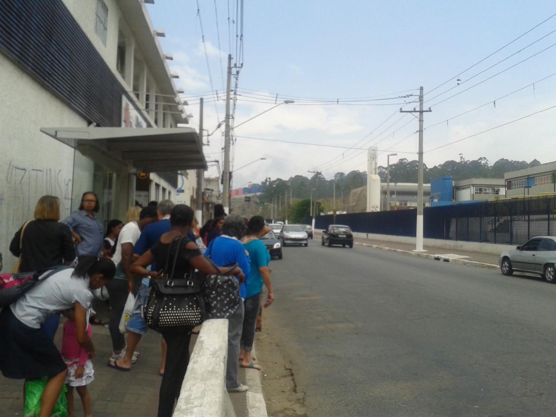 Passageiros aguardam ônibus na zona leste no último domingo (Foto: Regiany Silva)
