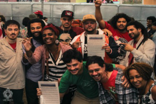 Integrantes de coletivos culturais durante ato em apoio a Dilma (Crédito: Léu Brito)