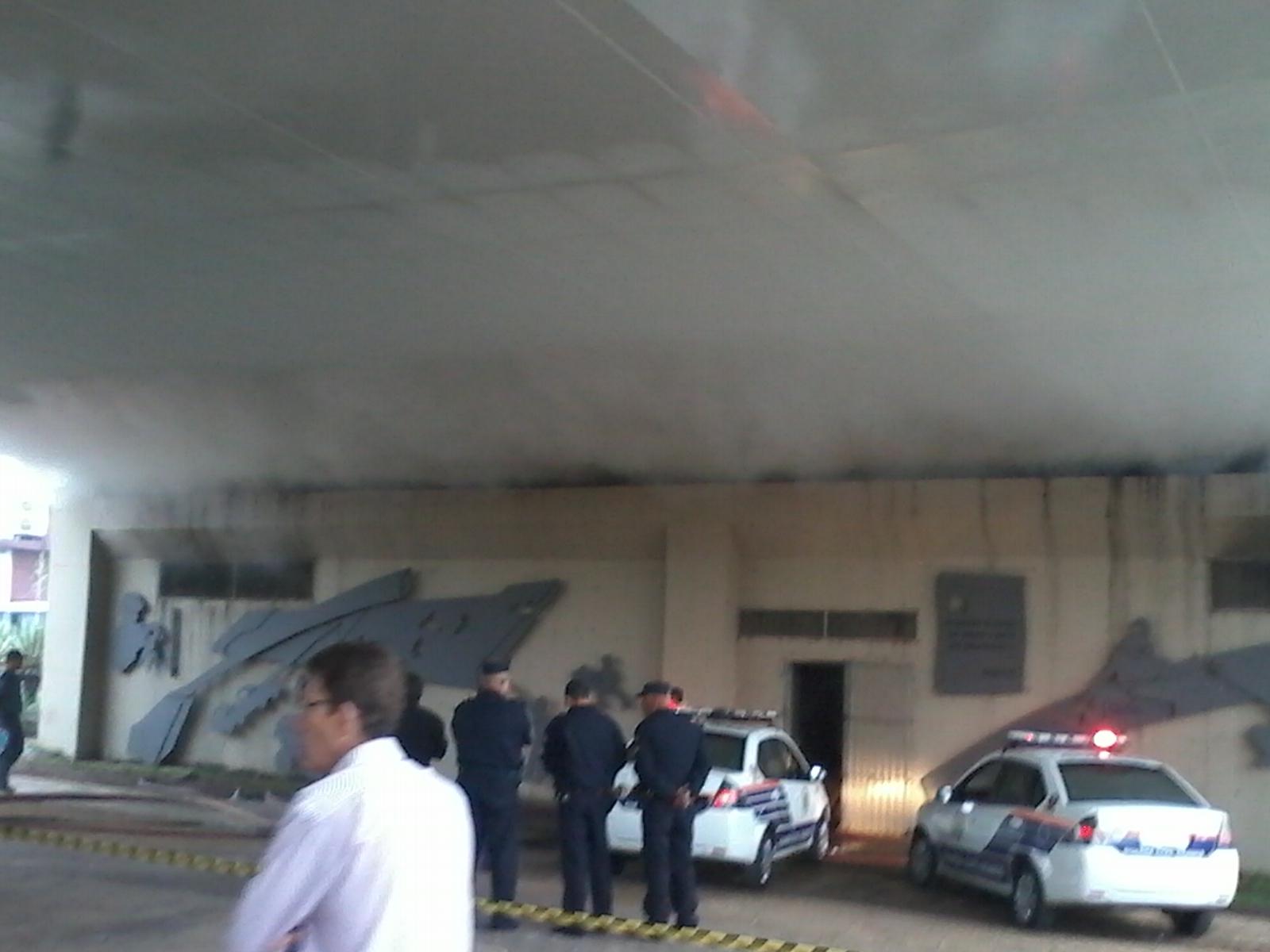 Fogo atingiu área embaixo da estrutura (Fotos: Paulo Talarico/Blog Mural)
