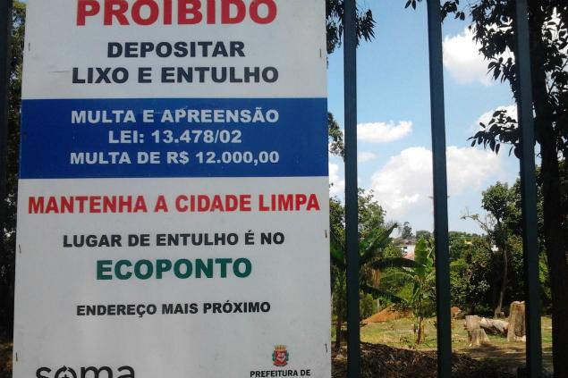 Placa sem endereço do ecoponto, próximo ao Parque do Itaim Paulista (Foto: Cacau Ras/Blog Mural)