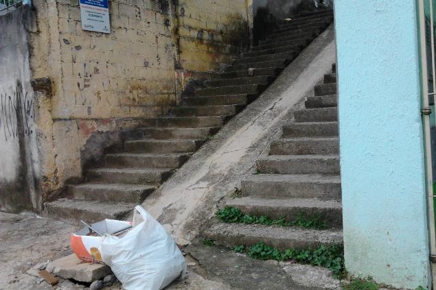 Pereira de faro com entulho jogado (Foto: Cacau Ras/Blog Mural)