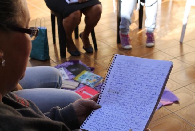 Participantes escrevem suas histórias em cadernos
