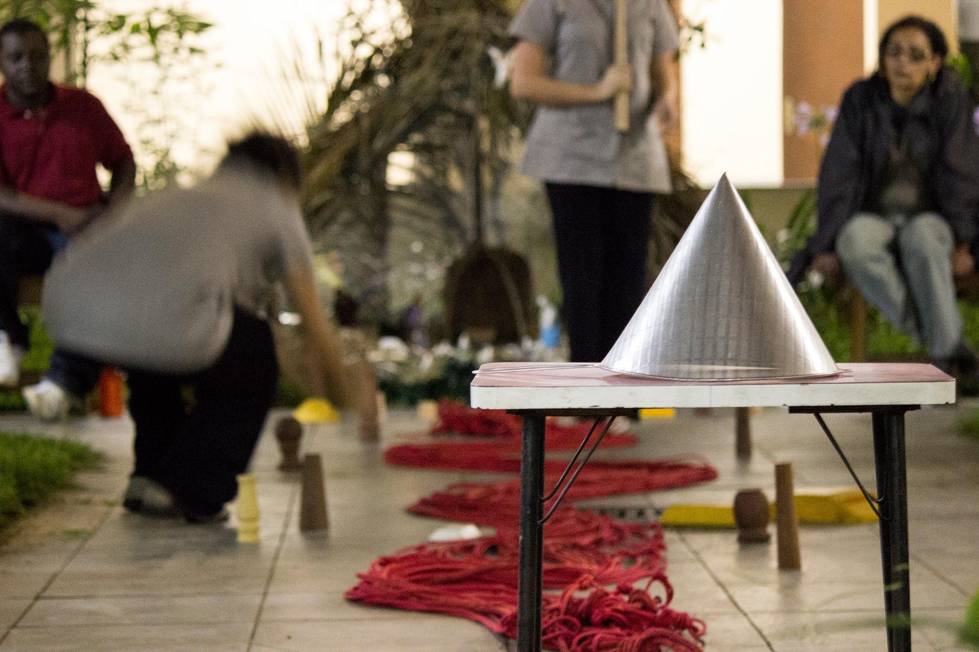 Os empreendimentos são representados na peça como grandes castelos de poder