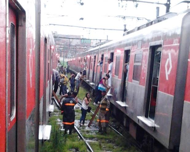 Passageiros trocam de trem para seguir viagem após 1h de espera