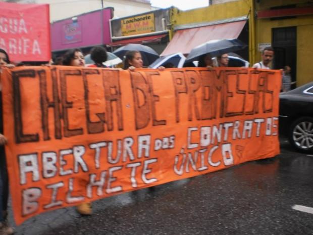 Segundo ato em Osasco. Manifestantes também tinha placas com os dizeres +água - tarifa (Foto: Gilberto de Almeida/Divulgação)