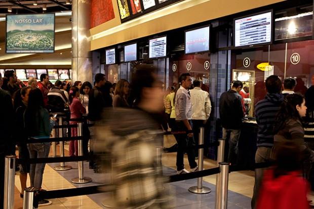 Movimentação na bilheteria do cinema no Internacional Shopping, em Guarulhos (Adriano Vizoni - 6.set.2010/Folhapress)