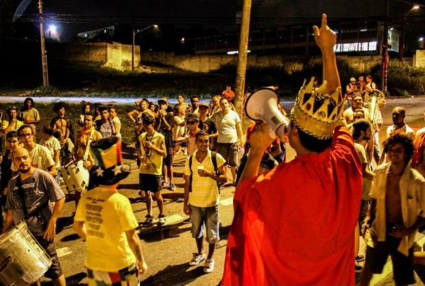 Jatobá anima o bloco usando megafone em desfile de 2014 (Foto: Divulgação)