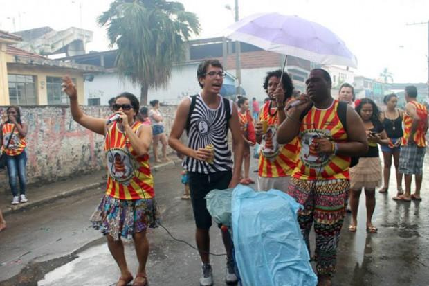 Nem mesmo a chuva atrapalhou  a empolgação dos membros do bloco