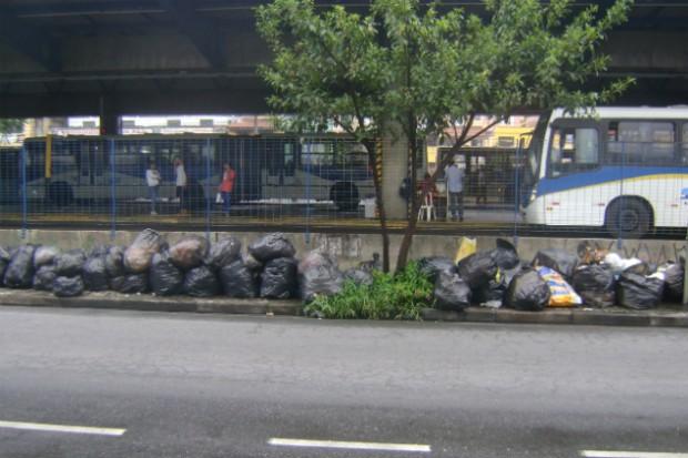 Lixo em frente ao terminal Vila Luzita, Santo André (Fabiana Lima/BlogMural)