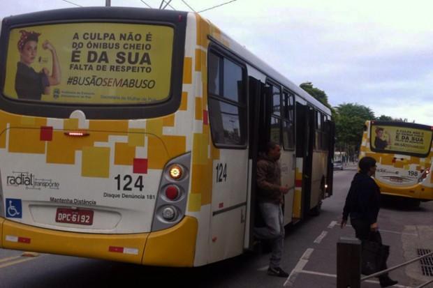 Os anúncios são fixados na parte traseira de todos os ônibus circulares do município
