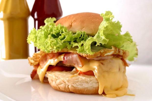 Lanche da Casa servido no Garrafão Lanches, que pesa 1kg e leva hambúrguer, queijo, ovo e bacon (Foto: Divulgação)