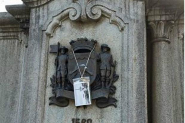 Foto pendurada em uma das praças centrais da cidade em Mogi das Cruzes (Foto: Ju Lourenço)