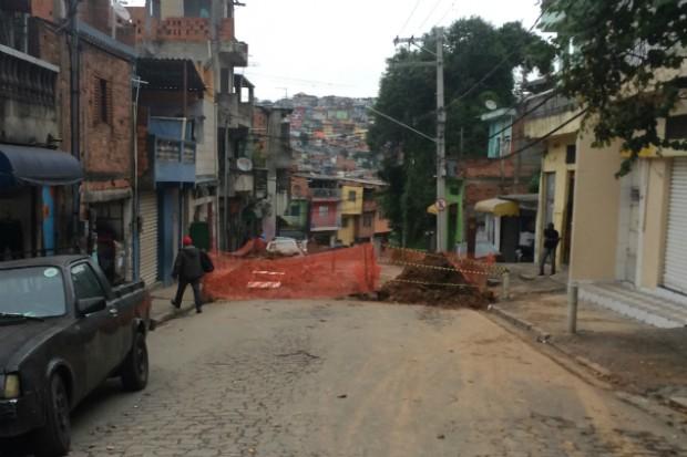 Obras na rua Feliciano Malábia que provocaram bloqueio e alteração na circulação dos ônibus (Foto: Cleber Arruda/BlogMural)